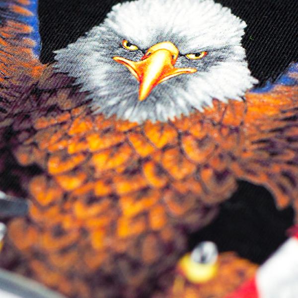Nadruk na koszulke w kształcie rysunkowego orła z brązowymi piórami
