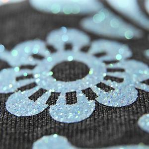 Niebieski nadruk w kształcie mieniącego się kwiatka